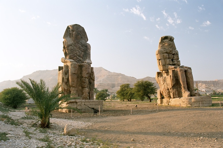 Luxor,_West_Bank,_Colossi_of_Memnon,_afternoon,_Egypt,_Oct_2004